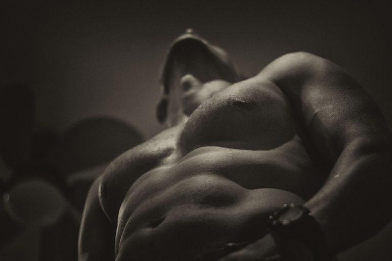 גבר עם שרירים