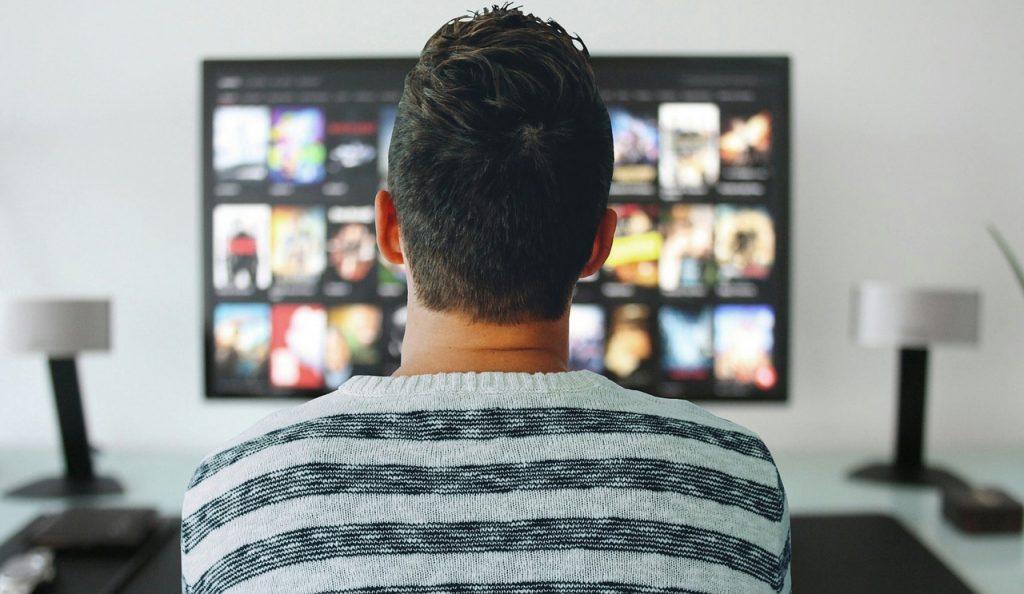גבר צופה בטלוויזיה