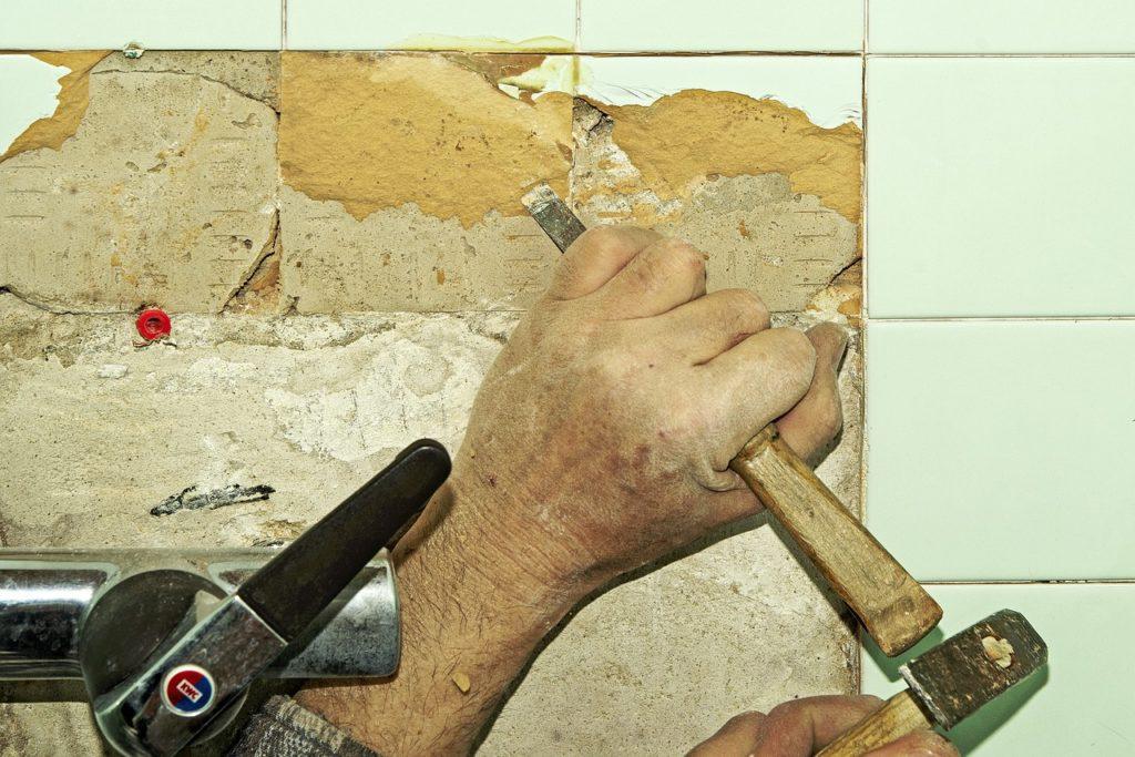 פטיש וקיר שבור