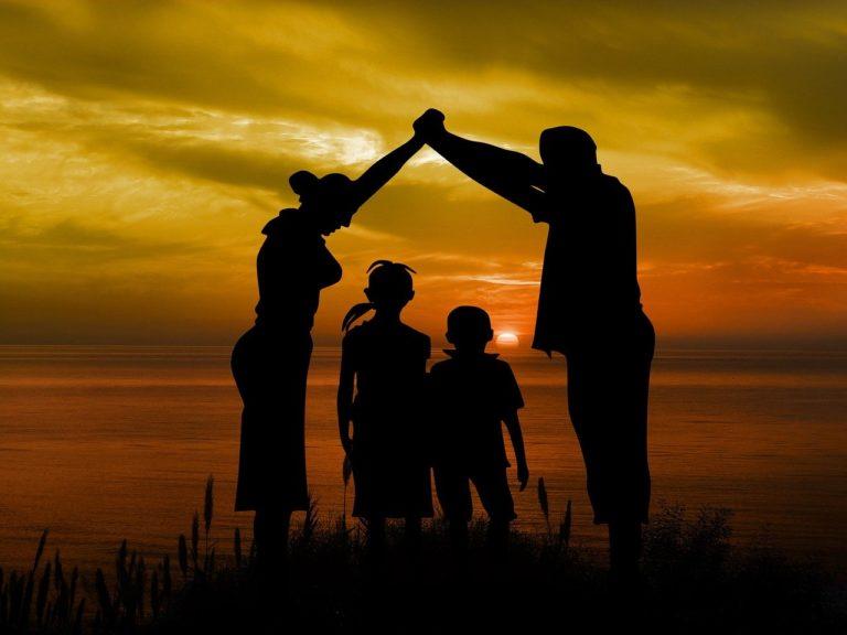 משפחה על רקע שקיעה
