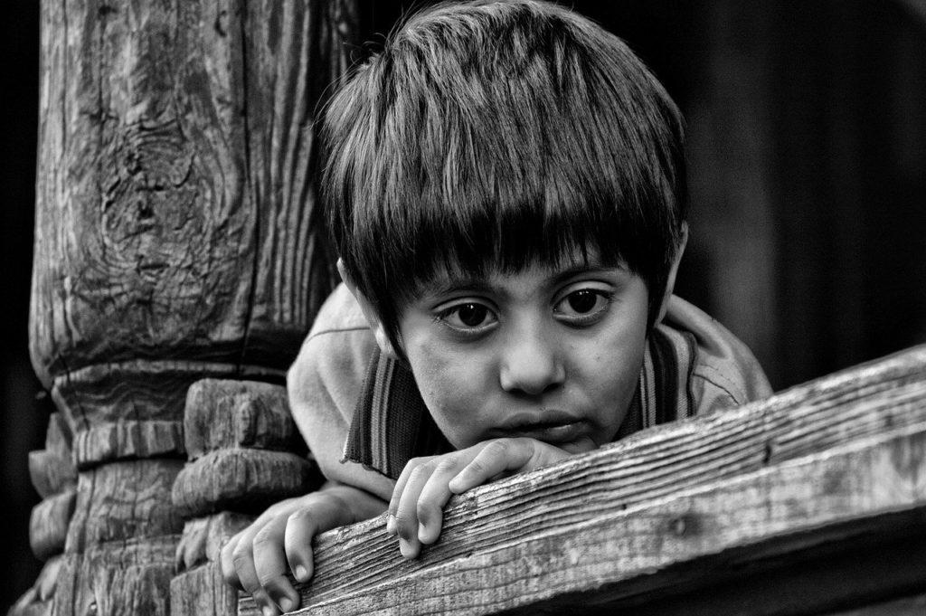 ילד מצוברח בשחור לבן