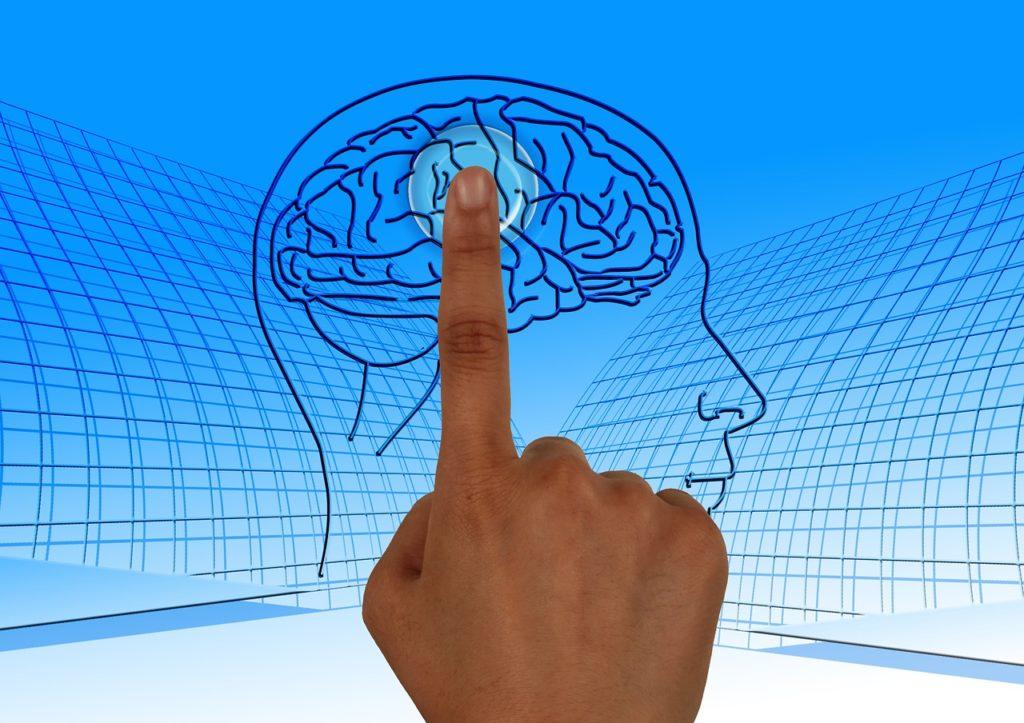 יד לוחצת על מוח