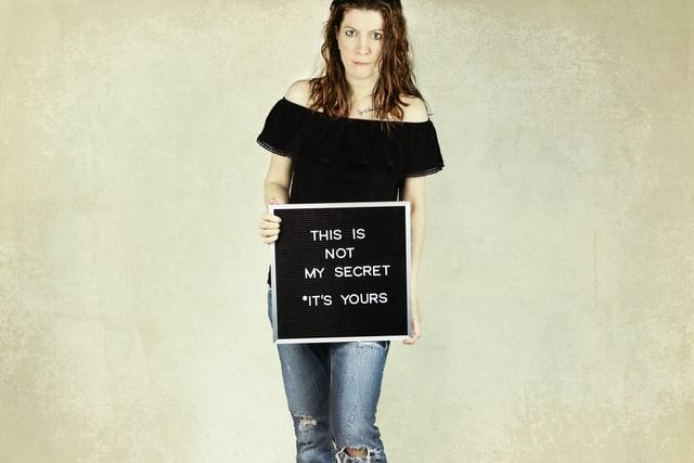 אישה עם לוח לאחר פגיעה מינית - תמונה להמחשה
