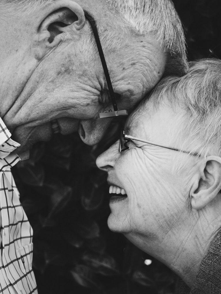 זוג מבוגרים מאוהבים ומאושרים
