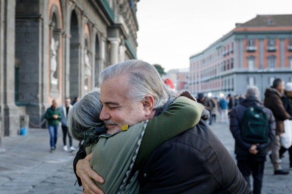 זוג מבוגרים מתחבק על רקע עירוני